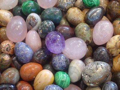 ... a megfelelő követ (tehát rezgéshez a rezgést) párosítva azonban gyógyító  hatással bír. Így párosíthatóak az egyes csakrákhoz bizonyos ásványok 53f00bea3c